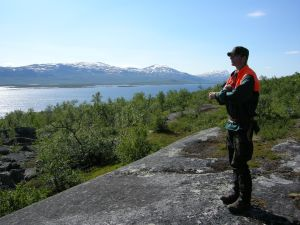 Lars Backman vid Akkajaure. Den som kommer ihåg Nils Holgerssons resa genom Sverige, minns kanske också namnet på ledargåsen: Akka.  ©Norrbottens museum. Foto Ronny Smeds