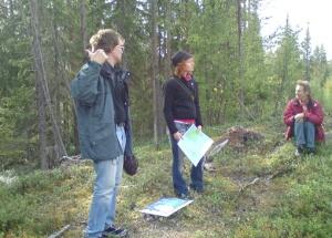 Olof och Frida pratar på kulle 3, där boplatsen ligger alldeles intill myren (ett sund för 10600 år sedan) som Olof pekar mot med tummen.. Foto: G Östlund