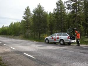 Utredningsområdet utgjorde några meter längs befintlig väg. Vid bilen står arkeolog Carina Bennerhag.