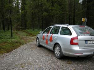 """Museets leasingbil intill """"Tjärans väg"""" i Pajala kommun, en väg som dock aldrig varit avsedd för biltrafik. ©Norrbottens museum. Foto Olof Östlund"""