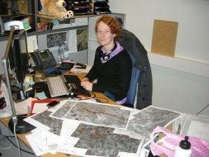 Frida är vårt GIS-snille! Hon kan allt om karthantering i datorn. Friiida, hör man ropas titt som tätt, då vi behöver hjälp! Här sitter hon och gör kartor över de lämningar som vi hittat i samband med vindkraftsutredningen i Markbygden utanför Piteå. Foto: Carina Bennerhag © Norrbottens museum