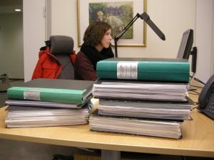Den här veckan har vi haft besök av en student från arkeologiska institutionen på Umeå universitet. Maria Törmä ska skriva en uppsats om Luleå Gammelstads historia. Vi hjälper till med handledning och tips om litteratur och fynd som hon bör titta på. Just nu ska flera pärmar med arkeologiska rapporter plöjas igenom!  Foto: Carina Bennerhag © Norrbottens museum