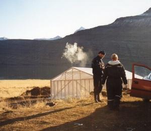 """Lugnet före stormen. Bjarni F Einarsson står framför ett """"tält"""" som är flygfärdigt från Island. Foto Olof Östlund"""