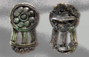 Spännet i brons har inga motsvarigheter i Sverige. Däremot finns formmässiga paralleller österut i Volga- Kama området i Ryssland där liknande spännen har påträffats i gravar. Foto: Staffan Nygren © Norrbottens museum