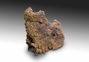 Så här ser en del av den kvarvarande ugnskammaren ut från ugnen utanför Sangis. De två halvmåneformade hålen är rester efter ingångar för blåsbälgen. Blåsbälgen användes för att pumpa in luft i ugnen för att på så vis reglera temperaturen. Foto: Staffan Nygren © Norrbottens museum