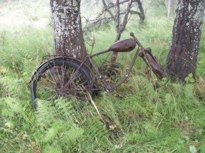 Rester av en lättviktsmotorcykel från slutet av 1930-talet, troligen en Husqvarna från ca 1938-39. © Norrbottens museum