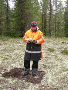 Tor-Henrik Buljo mäter in upptagna provrutor i Markbygden 2012 © Norrbottens museum