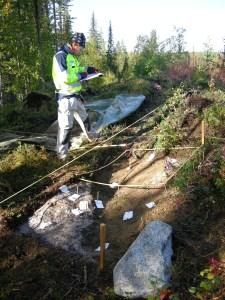 Frida Palmbo dokumenterar rester efter en eldstad på en av de gamla boplatserna som undersöktes 2010 © Norrbottens museum