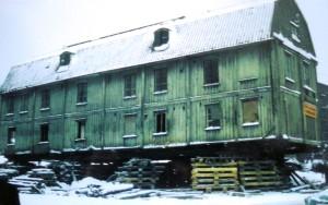 """Timmerhus flyttas då och då. Här volymflytt av """"Taubehuset"""" i Göteborg 1967. Blev byggnadsminne 2007, och ett av dess utpekade värden är just att det har flyttats. Likt Hjalmar Lundbohmsgården är ett av byggnadens starkaste värden dess koppling till en speciell person, Evert Taube, som dock aldrig bodde i huset. Men kopplingen är den största faktorn till att byggnaden finns kvar idag."""