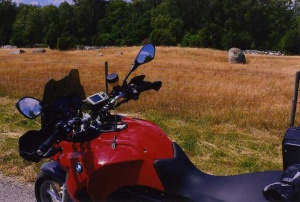 Ett järnåldersgravfält på Öland innebär en självklar paus i motorcykelåkandet. Foto : Olof Östlund