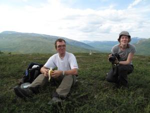 På väg mot Nasafjäll. Skrattretande kul att besöka platser som är  arkeologiskt och historiskt intressanta även på fritiden. Olof och Frida illustrerar detta tydligt. Foto: Ronny Smeds.