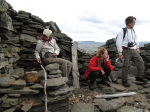 Tre lediga arkeologer (Åsa, Frida, Olof) från Norrbottens museum i resterna av ett till 1700-talsgruvan hörande stenhus på Nasafjäll. Foto: Ronny Smeds, arkeolog vid Västerbottens museum (också ledig vid fototillfället).