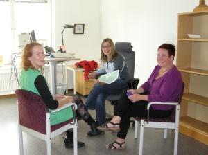 Frida (till vänster) och Carina (till höger) samtalar med vår nye chef Sara Hagström Yamamoto (mitten).