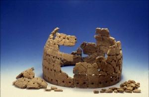 Kruka från Lillberget som klistrats ihop av keramikskärvor från en begränsad yta. Krukan har en volym på ca 35 liter. Fotograf: Staffan Nygren © Norrbottens museum