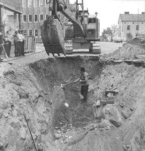 Den djupa gropen på Magasinsgatan där massgraven hittades 1972.