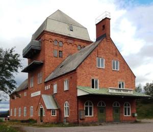 Stationshuset med transformatortorn i Torneträsk, en exakt kopia av det i Vassijaure