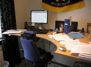 Termodynamikens 2:a huvudsats i aktion på mitt skrivbord, bland alla mesolitiska artiklar. ©Norrbottens museum. Foto Olof Östlund