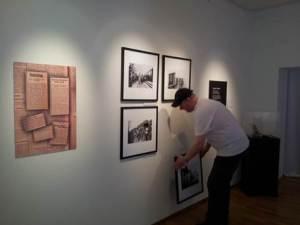 Här ser ni utställningsteknikern Gunnar när han plockar ner en del av Mia Greens bilder. Fotograf: Jimmy Renlund © Norrbottens museum