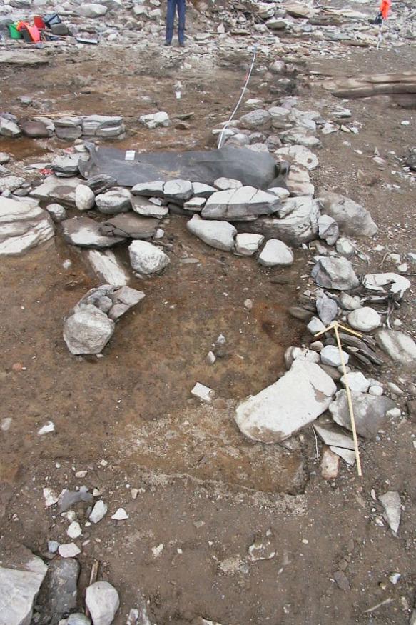 Här syns syllstenar från kyrkogrunden tydligare, när det svallade gruset har rensats bort.