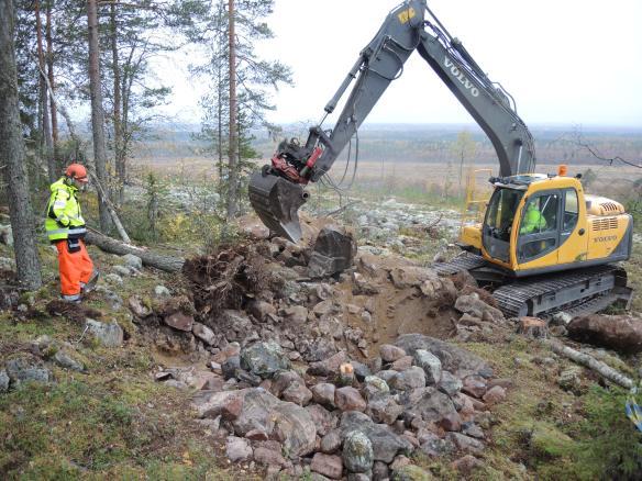 Arkeolog Lars Backman övervakar maskinschaktning av boplatsgrop i klapper på Öberget © Norrbottens museum