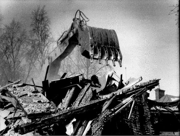 Rivning pågår. Talande bild från 1970-talets Luleå. Bilden inscannad från Norrbottens-Kurirens arkiv vid Norrbottens arkivcentrum.