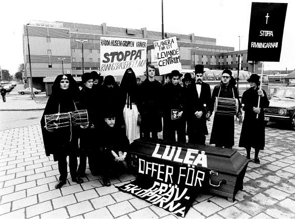 """Delar av aktionsgruppen """"Rädda Husen"""" vid en manifestation mot rivningarna och för bevarande 1979. Fotot hämtat från Norrbottens-Kurirens arkiv vid Norrbottens arkivcentrum."""