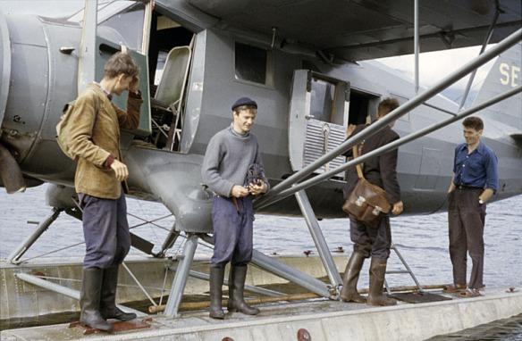 Fornminnesinventerare och troligen personal från Vattenfall vid flygplan. Foto: Björn Allard 1958. Utgången upphovsrätt. Finns med i Riksantikvarieämbetets bilddatabas Kulturmiljöbild.