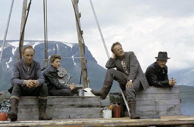 Personal från Vattenfall väntar på flyget, Satisjaure. Foto Björn Allard 1958. Utgången upphovsrätt. Finns med i Riksantikvarieämbetets bilddatabas Kulturmiljöbild.