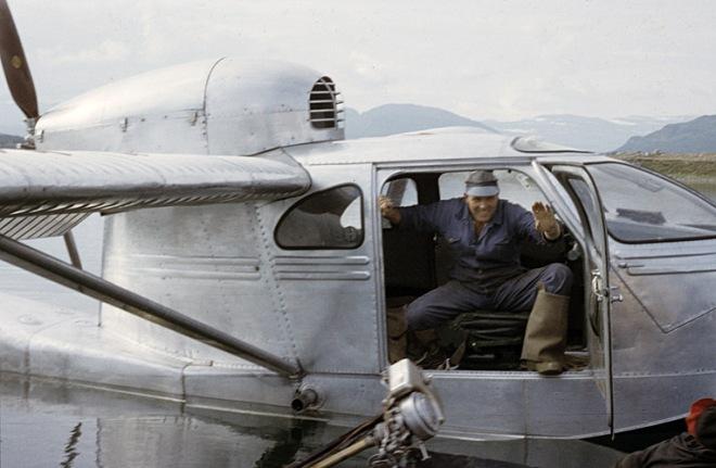 Fiskeflyget. Så gott som dagligen hämtade flygplanet färsk fisk och hade med sig annat som var användbart i utbyte. Foto: Björn Allard 1958. Utgången upphovsrätt. Finns med i Riksantikvarieämbetets bilddatabas Kulturmiljöbild.