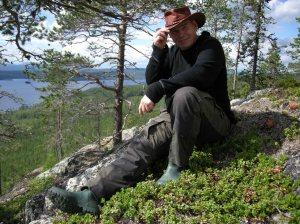 Tor-Henrik Buljo sitter på (ja vad sitter han på…?) och tittar ut över Randijaure under utredningen i Kallak. ©Norrbottens museum. Foto Frida Palmbo