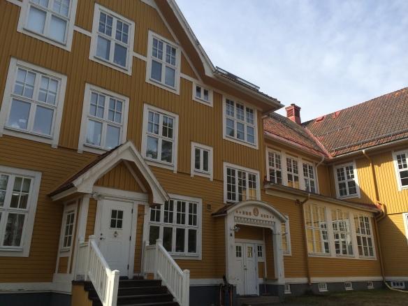 Byggnadens norra fasad och framsida. Notera variationen i de många fönstren. Foto: Jennie Björklund © Norrbottens museum
