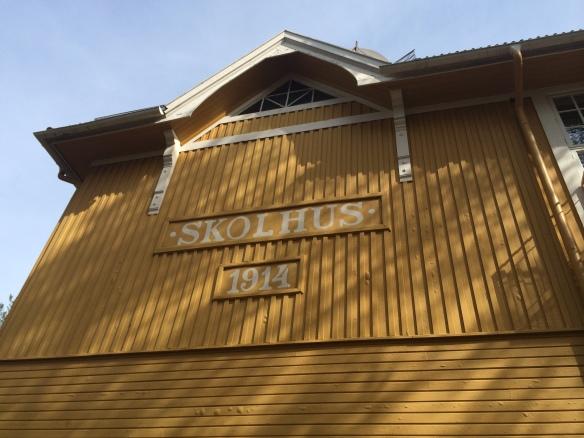 """""""SKOLHUS"""" skylten som vittnar om byggnadens forna användning. Foto: Jennie Björklund © Norrbottens museum"""