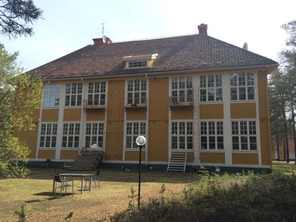 Västfasad på gamla Karlsviks skolan - mot museijärnvägen. Foto: Jennie Björklund © Norrbottens museum