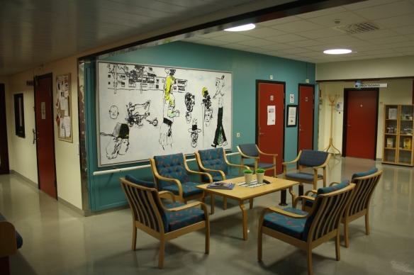 Dennis Erikssons bild i ett väntrum i Hertsö hälsocentral. Foto: Henrik Ygge © Norrbottens museum