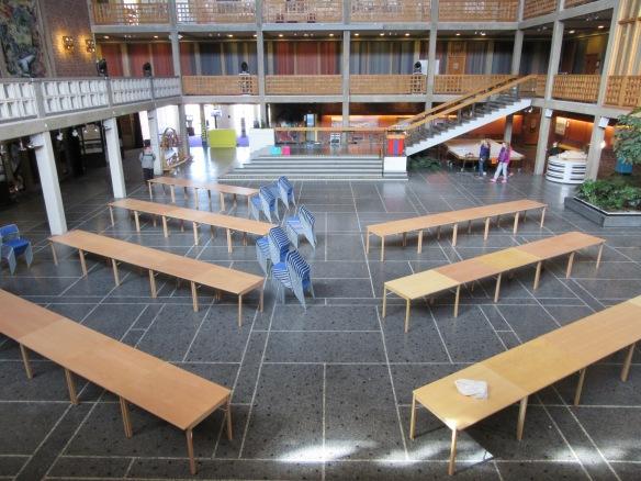 Under förmiddagen börjar bord och stolar ställas ut. Foto: Sophie Nyblom © Norrbottens museum