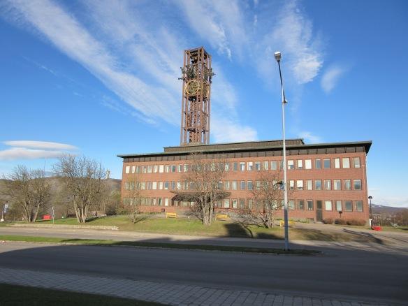 Lämnade ett soligt Kiruna tidigt i morse och visst ser stadshuset lite trött ut efter gårdagens bal? Eller? Foto: Sophie Nyblom © Norrbottens museum