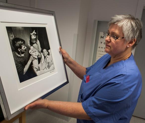 Barnmorskan Kerstin Juntti-Lestander föreslog att Lennart Nilssons bilder om Siri Sundström skulle hamna på Arjeplogs hälsocentral. Foto: Kjell Öberg © Norrbottens museum
