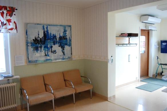 """""""Mötet"""" av Tomas Colbengtson i väntrummet till tandvården i Karesuando. Foto: Henrik Ygge © Norrbottens museum"""