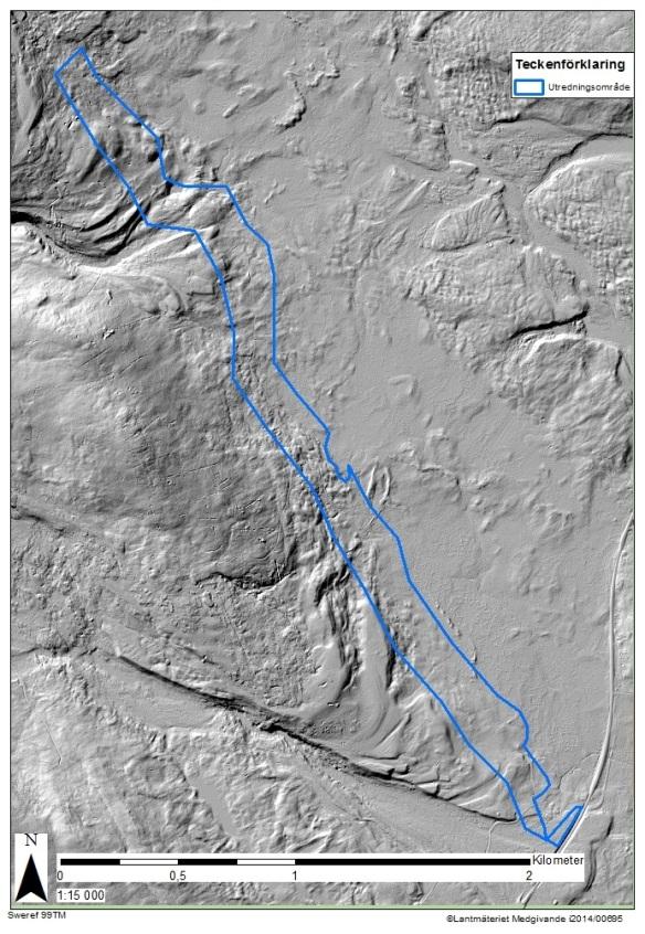 Det här är karta som bygger på s.k. lidardata. Det är en satelitbild som visar hur markens topografi ser ut när all vegetation är bortskalad.  I den nordvästra delen av kartan ser man den tydligaste av de två avtappningsälvarna, israndsälvar, som en gång tömde en glaciärsjö på vatten. Ytterligare en syns i södra delen av kartan. Lägg även märke till alla jordrymningar (raka streck av olika längd) som finnst väster om det blåmarkerade utredningsområdet.
