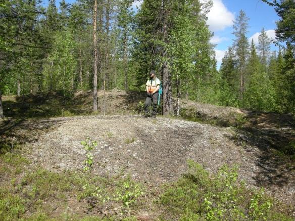 Dag Lantz står på en kolbotten (resterna av en kolmila) som registrerades redan förra året; Raä Gällivare 2485. ©Norrbottens museum. Foto Olof Östlund.