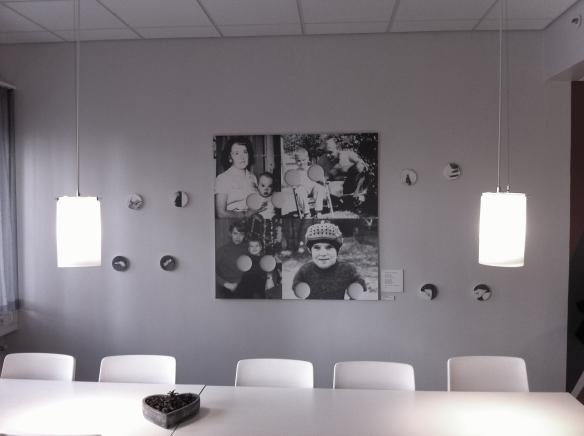 """Peter Sundströms verk """"8 tabletter som formade mig"""" placerad i läkarutbildningens lokaler på Sunderby sjukhus. Foto: Henrik Ygge © Norrbottens museum"""
