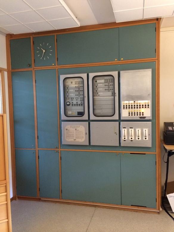 Och i receptionen finns detta teknikskåp kvar, som blivit räddat under många renoveringar. Foto: Jennie Björklund © Norrbottens museum