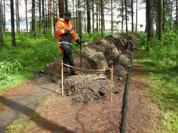 Arkeolog Dag Lantz mäter in ledningsschaktet, som tagits upp utan tillstånd från Länsstyrelsen.