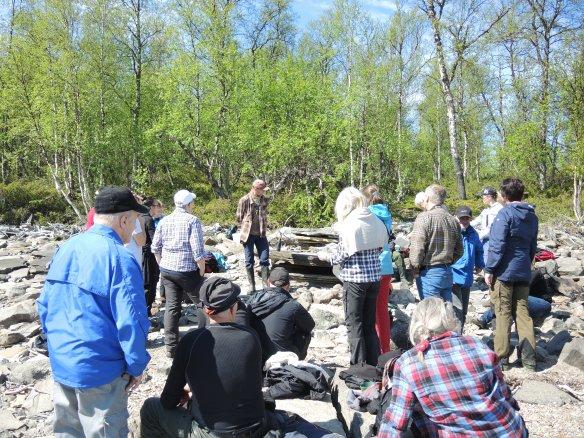 Arkeolog Lars Backman berättar om räddningsundersökningen på plats i Sibojokk. Foto: Åsa Lindgren