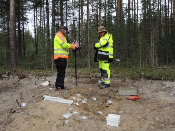 Moderna inmätningsinstrument använder satelliter för att hitta positionen. Fungerar om det inte är en massa träd i vägen. Dag Lantz och Carina Bennerhag arbetar vid väg 555. ©Norrbottens museum. Foto Frida Palmbo