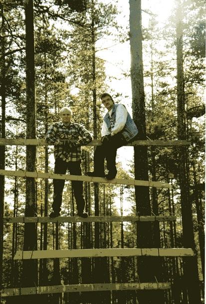 """Två darriga arkeologer (Roger Lidman och Olof Östlund) på en egenhändigt byggd """"stege"""". Foto från Olof Östlunds privata fotoalbum"""