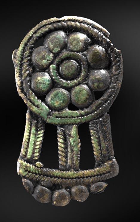 Bronsspänne från Sangis, Norrbotten (Från arkeologisk undersökning av lokal 39 inför bygget av Haparandabanan). ©Norrbottens museum. Foto Staffan Nygren