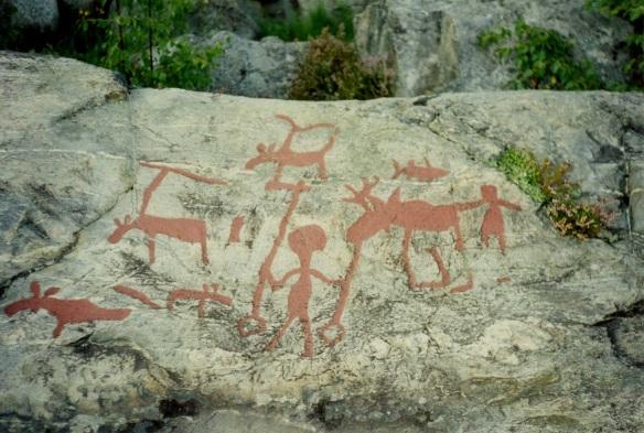 Hällristningar från Nämforsen i Ångermanälven. De är fyllda med röd färg för att synas bättre för besökaren. Foto från Olof Östlunds privata fotoalbum