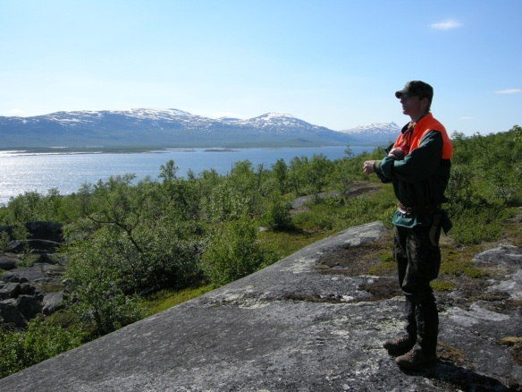En bra dag på jobbet! Undertecknad på utredningsuppdrag med Laponia i bakgrunden. Foto Ronny Smeds © Norrbottens museum.