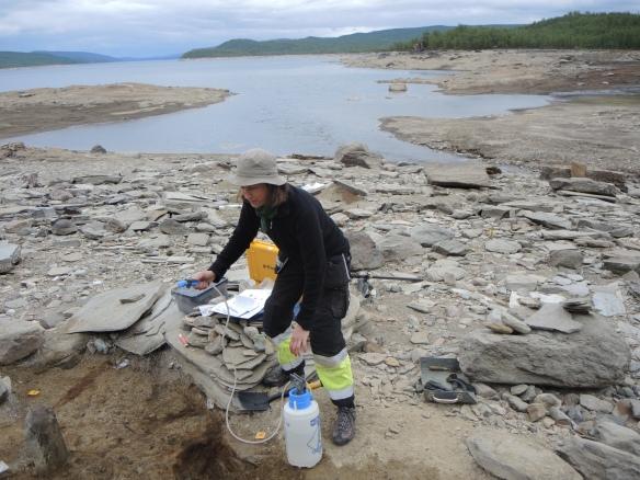 Stilstudie av Åsa Lindgren i Silbojokk i färd med att vattenspraya framrensade ytor som torkat.